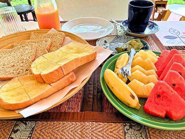 プタール レジデンス(Phuttal Residence)の朝食フルーツとトースト