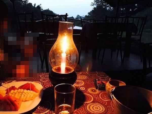 ろうそくの灯りとテーブル