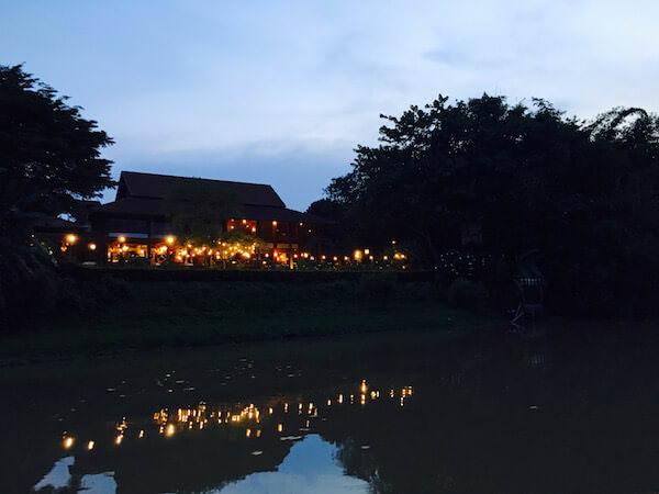 クルーズ船から見える川沿いのレストラン
