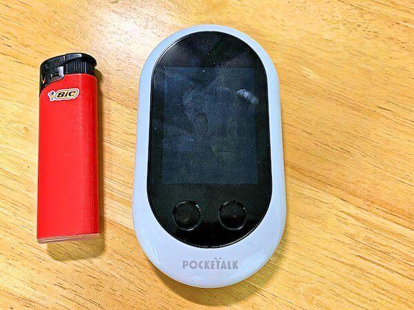 ポケトークW(PocketalkW)本体の大きさをライターと比較
