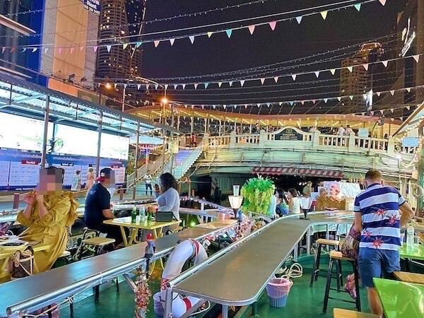 プラトゥーナム水上ナイトマーケットのレストランボート2