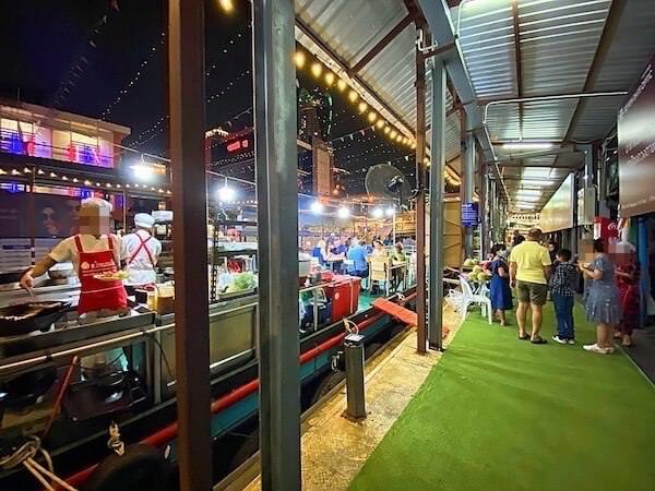 プラトゥーナム水上ナイトマーケットの観光客