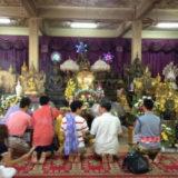 寺院でお参りしているタイ人達
