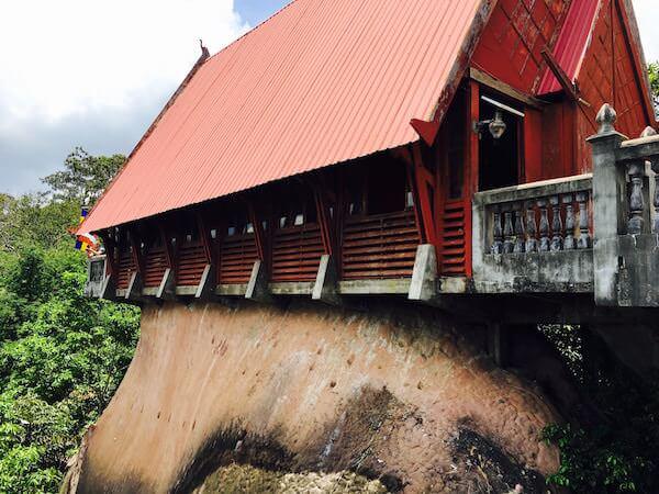 大きな岩の頂上にある寺院