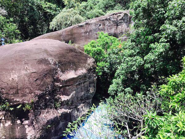 寺院周辺の岩