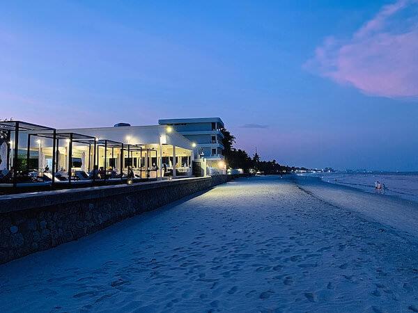 プタラクサ ホアヒン リゾート(Putahracsa Hua Hin Resort)の海沿いレストラン1