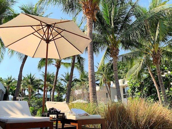 プタラクサ ホアヒン リゾート(Putahracsa Hua Hin Resort)のプールサイドにあるビーチチェア