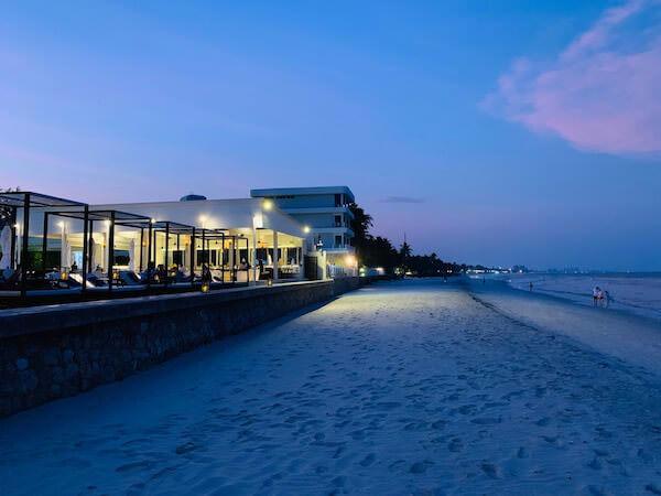 プタラクサ ホアヒン リゾート(Putahracsa Hua Hin Resort)のビーチ沿いレストラン1