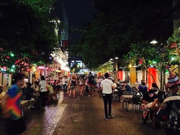 夜のランブトリ通り