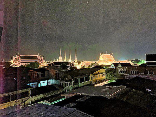 リヴァ アルン バンコク (Riva Arun Bangkok)のベッドルームから見えるライトアップされたワットプラケオ2
