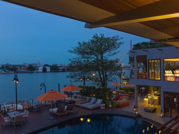 リーバ スーリヤ バンコク ホテル (Riva Surya Bangkok Hotel)のプールサイドから見えるチャオプラヤー川