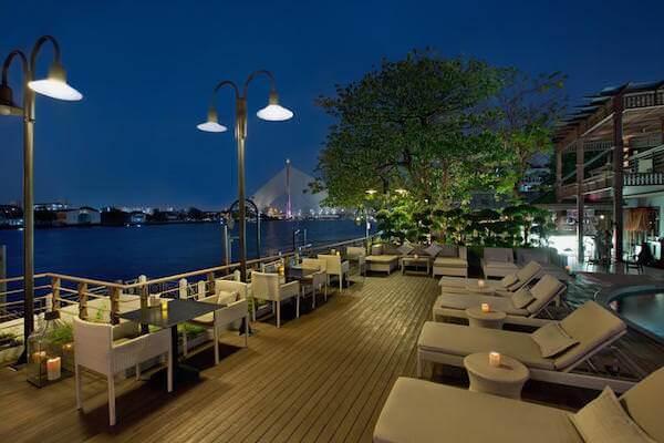 リーバ スーリヤ バンコク ホテル (Riva Surya Bangkok Hotel)夕方のプール
