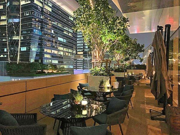 ローズウッド バンコク(Rosewood Bangkok)7階のレストランテラス