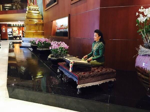 ロイヤル オーキッド シェラトン ホテル & タワーズ(Royal Orchid Sheraton Hotel & Towers)のエントランスでキムを演奏しているスタッフ
