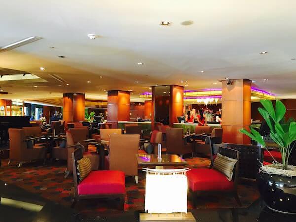 ロイヤル オーキッド シェラトン ホテル & タワーズ(Royal Orchid Sheraton Hotel & Towers)のエントランスに併設されているダイニングバー