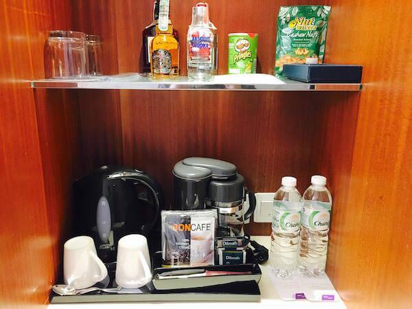 ロイヤル オーキッド シェラトン ホテル & タワーズ(Royal Orchid Sheraton Hotel & Towers)のコーヒーメーカーと電子ポッド