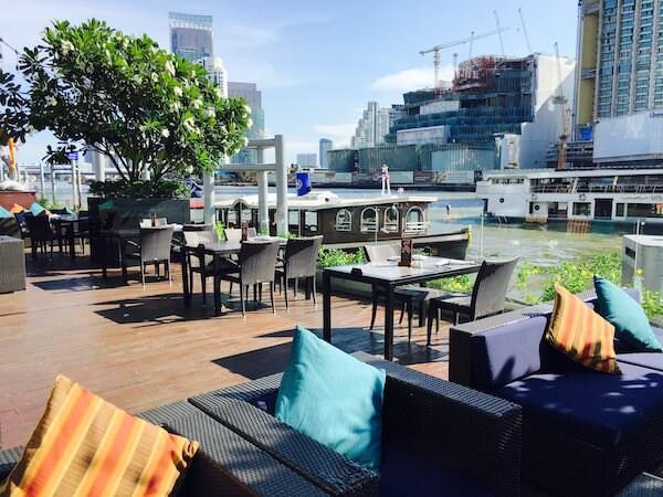 ロイヤル オーキッド シェラトン ホテル & タワーズ(Royal Orchid Sheraton Hotel & Towers)内にある川沿いのレストラン