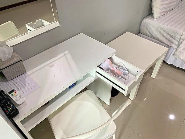S44 ルーム(S44ROOM)客室の作業机