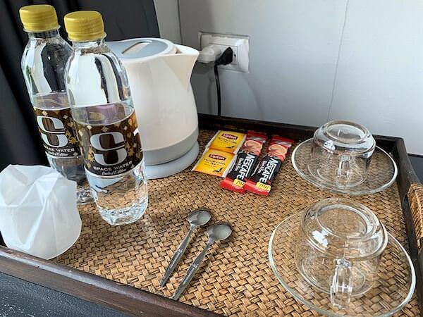 S44 ルーム(S44ROOM)客室の水とコーヒー