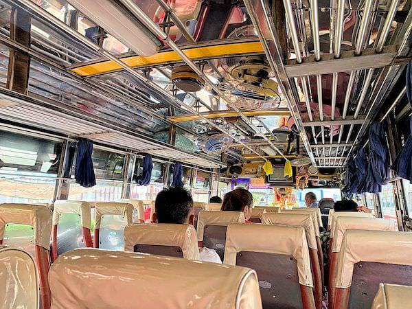 ワットパイロンウア行きのバス車内