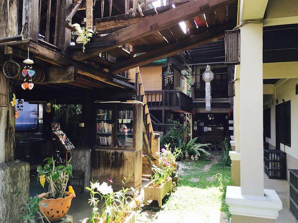 サイトンゲストハウスの中庭2