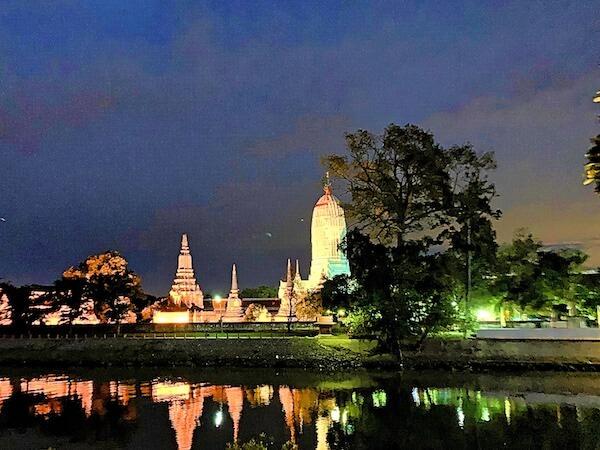 サラ アユタヤ(sala ayutthaya)の客室から見えるライトアップされたワット・プッタイサワン
