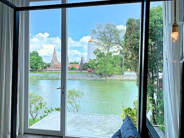 サラ アユタヤ(sala ayutthaya)のリビングルームから見えるチャオプラヤー川