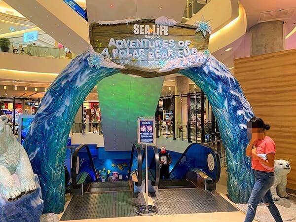 シーライフオーシャンワールドバンコク(Sea Life Ocean World Bangkok)へ続く下りのエスカレーター