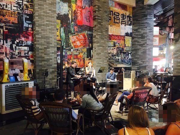 シャンハイ マンション バンコク (Shanghai Mansion Bangkok)の入り口にあるライブバー