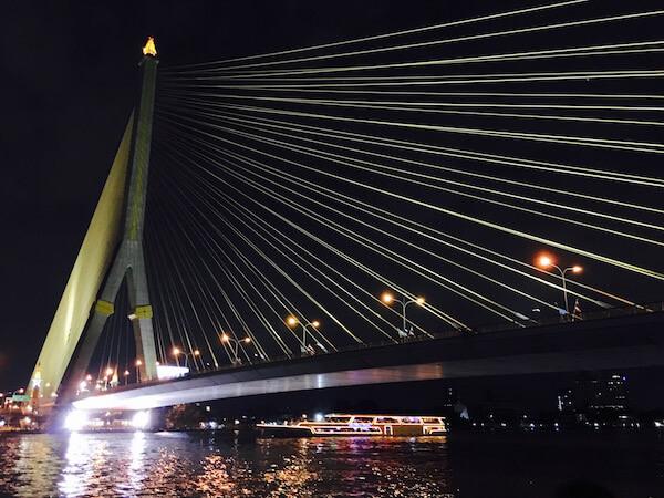 夜のラマ8世橋