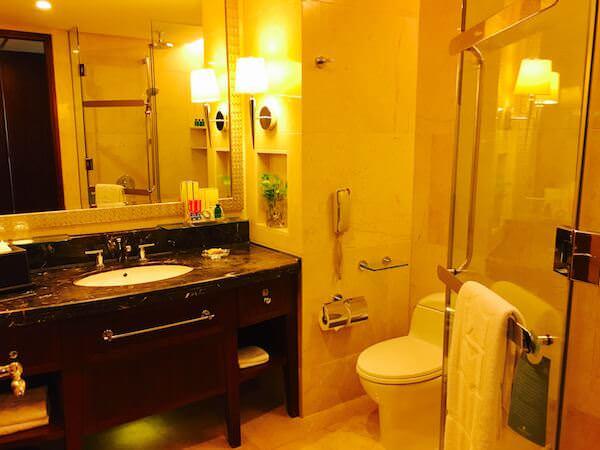 シャングリラ ホテル バンコク (Shangri-La Hotel, Bangkok)のバスルーム1