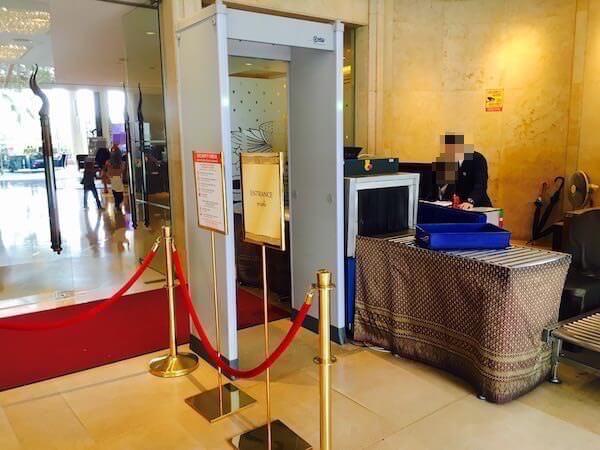 シャングリラ ホテル バンコク (Shangri-La Hotel, Bangkok)入り口の手荷物検査
