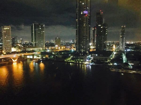 シャングリラ ホテル バンコク (Shangri-La Hotel, Bangkok)の客室から見える夜景