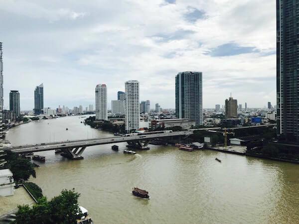 シャングリラ ホテル バンコク (Shangri-La Hotel, Bangkok)の客室から見えるチャオプラヤー川