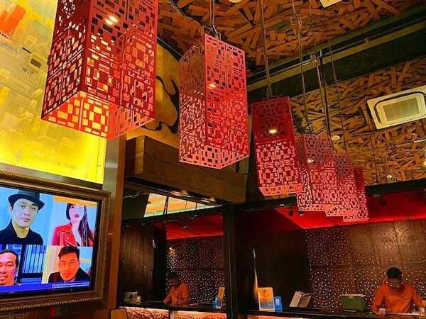 サイアム アット サイアム デザイン ホテル バンコク(Siam @ Siam Design Hotel Bangkok)のレセプションロビー天井の装飾