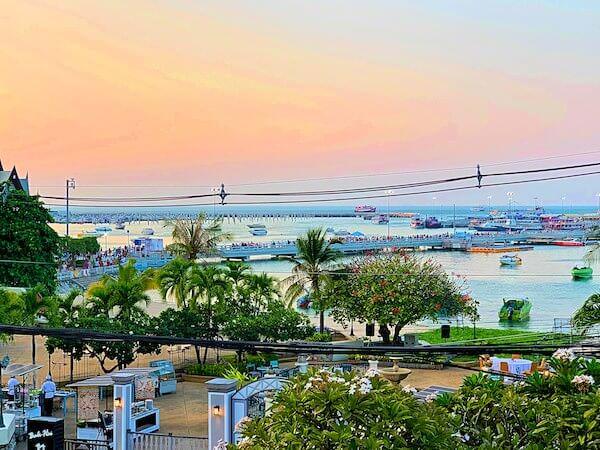 サイアムベイショアリゾートパタヤ(Siam Bayshore Resort Pattaya)の客室バルコニーから見える夕方の海