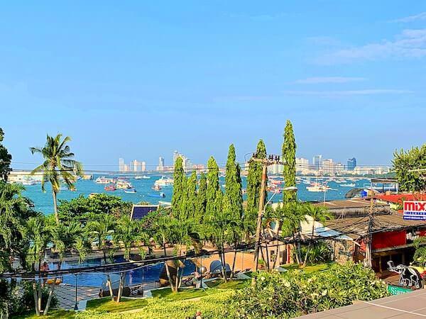 サイアムベイショアリゾートパタヤ(Siam Bayshore Resort Pattaya)の客室バルコニーから見えるパタヤビーチ