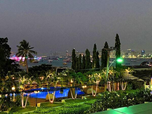 サイアムベイショアリゾートパタヤ(Siam Bayshore Resort Pattaya)の客室バルコニーから見える夜のパタヤビーチ