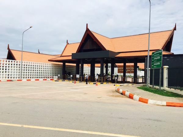シェムリアップ空港駐車場出口