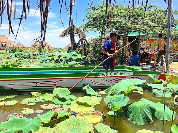 蓮池でボートを漕ぐカンボジア人の子供