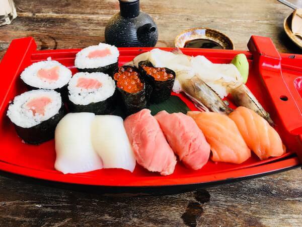 シェムリアップのレストランで食べた寿司の盛り合わせ