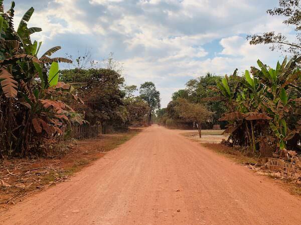 シェムリアップの未舗装赤土道路