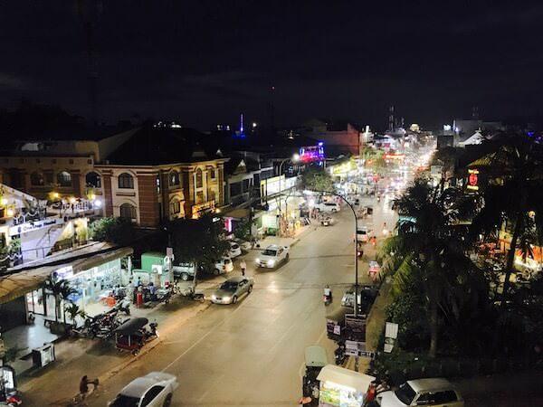 ホテル デ ビレ シェム リープ (Hotel De Ville Siem Reap)のプールから見えるシヴォタ通り