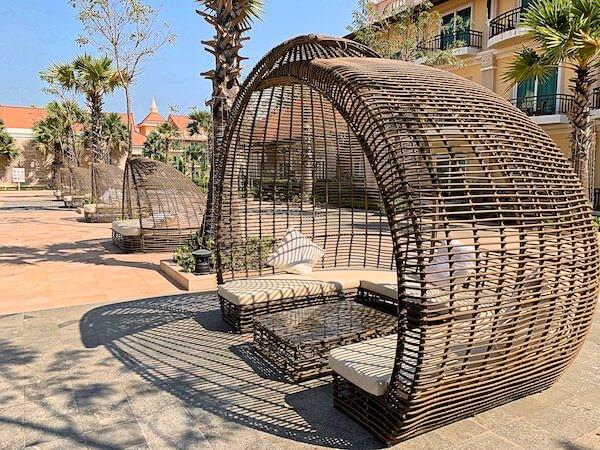 ソカ シェムリアップ リゾート アンド コンベンション センター (Sokha Siem Reap Resort and Convention Center)のプールにあるビーチチェア