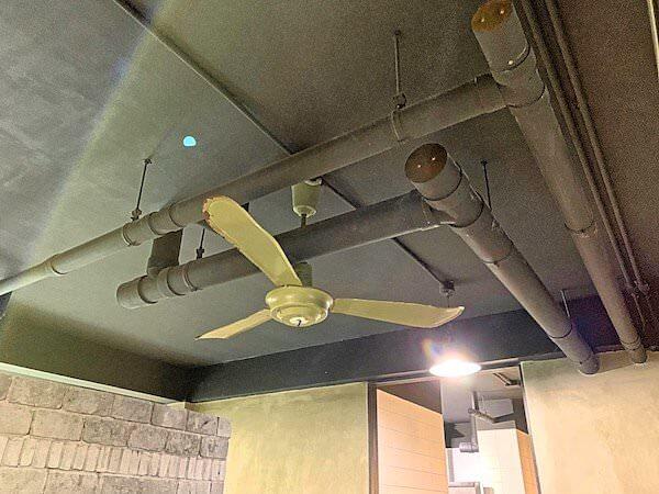 スークステーション(sook station)の雑居房が並ぶエリアの天井