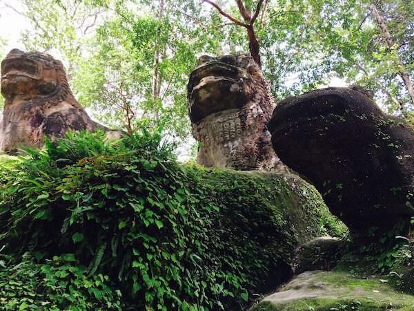 スラードムライの横にある獅子とカエルの像
