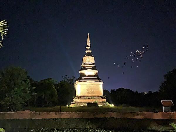 スリウィライ スコータイ(Sriwilai Sukhothai)から見えるライトアップされた遺跡