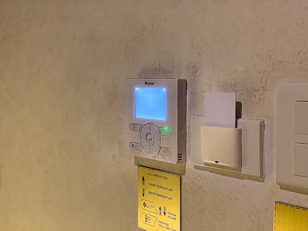 スリウィライ スコータイ(Sriwilai Sukhothai)のスイートルーム客室タッチパネル