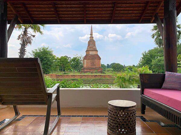 スリウィライ スコータイ(Sriwilai Sukhothai)のスイートルーム客室から見えるワットチェディスーン