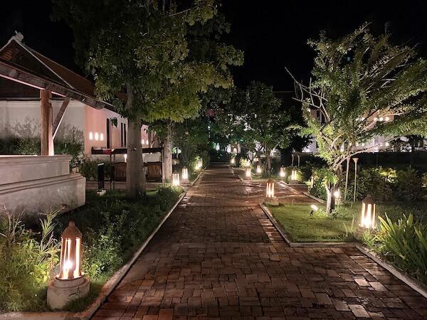 夜のスリウィライ スコータイ(Sriwilai Sukhothai)敷地内